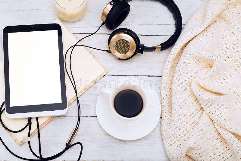cozy Candele, libro e tazza di caffè Disposizione piana immagini stock
