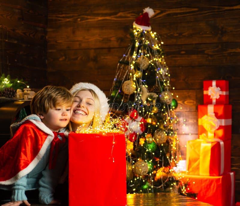 Cozy's avond thuis Familie die plezier heeft in kerstboom thuis Fijne familie Vakantie voor familie Mam en kind spelen samen royalty-vrije stock afbeelding