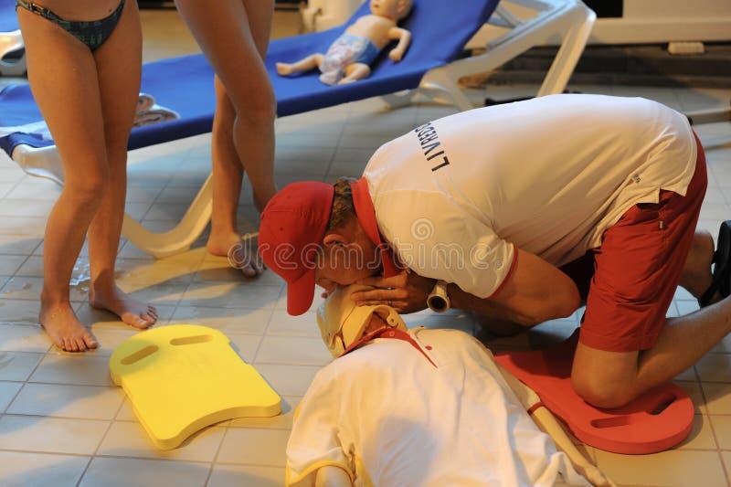 CPR训练使用和在一个成人训练人体模型的一个AED和袋子面具阀门 急救心肺复苏术路线usin 库存图片