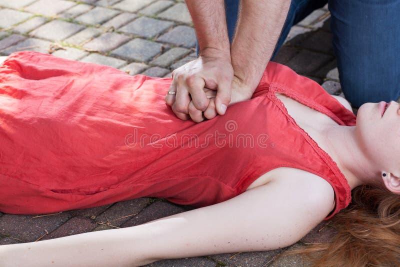 cpr демонстрируя думмичный массаж сердца стоковое фото