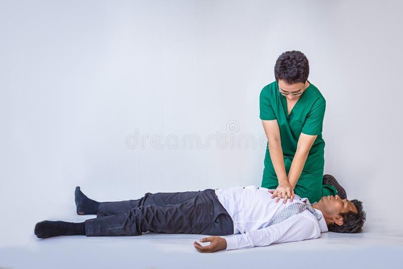 CPR скорых помощей аварийный на человеке сердечного приступа стоковое фото