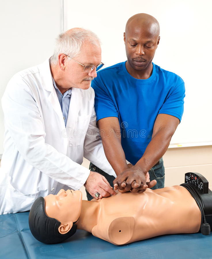 CPR adulte de Practicing d'étudiant photographie stock libre de droits