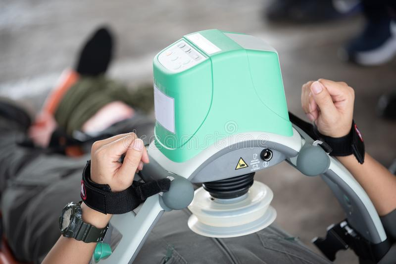 CPR automatique de mechine de compression photographie stock libre de droits