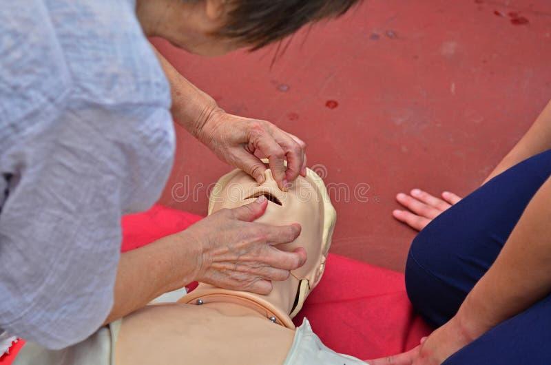 CPR che è eseguito fotografia stock libera da diritti