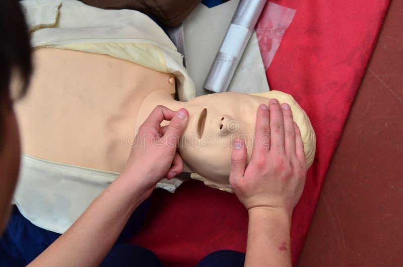 CPR che è eseguito fotografia stock