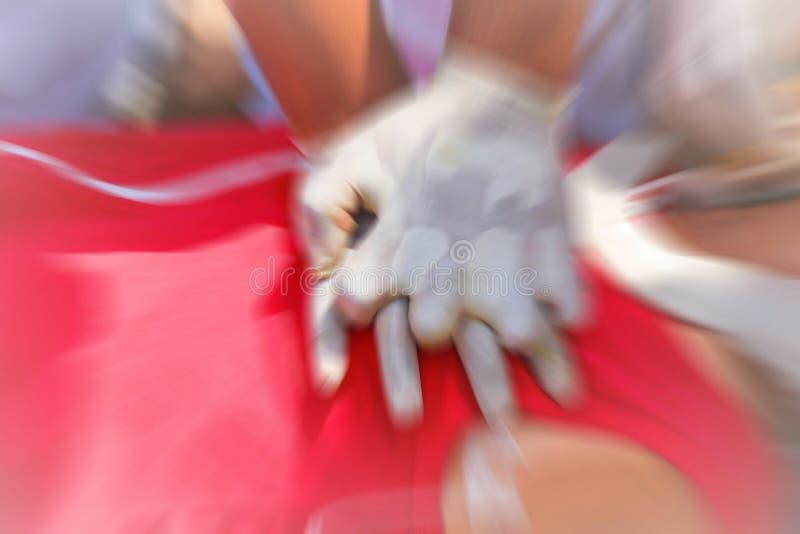 CPR che prepara procedura medica, dimostrante compressione del petto sulla bambola di CPR immagine stock libera da diritti