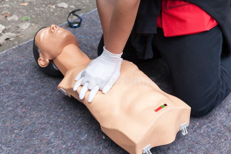 CPR Conceito do treinamento dos primeiros socorros Massagem cardíaca imagem de stock