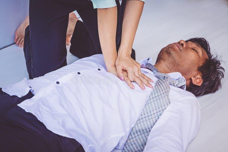 CPR da emerg?ncia dos primeiros socorros no homem do card?aco de ataque fotografia de stock royalty free