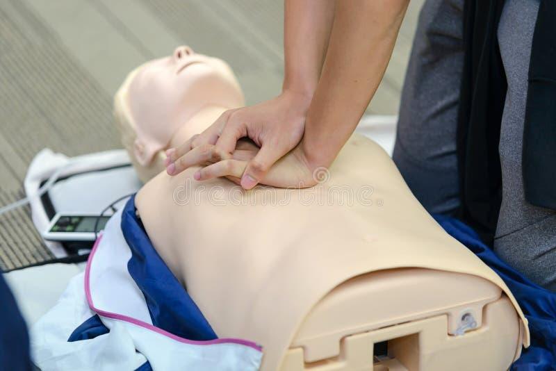 CPR pierwszej pomocy szkolenie z CPR atrapą zdjęcia royalty free