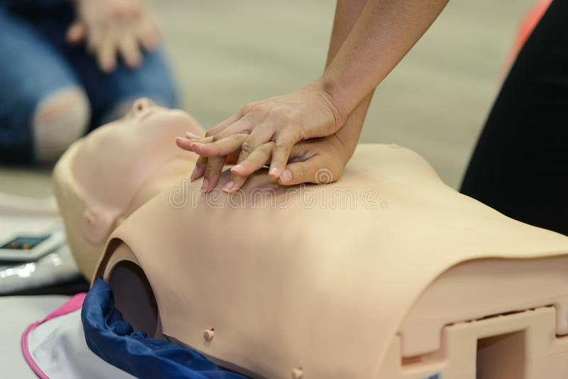 CPR pierwszej pomocy szkolenie z CPR atrapą obrazy royalty free