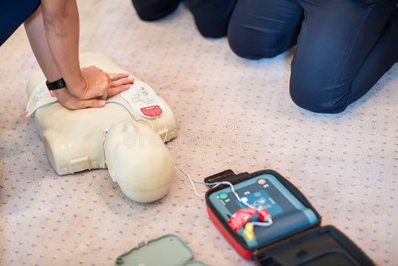 CPR szkolenia używać i maskowa klapa na dorosłym stażowym manikin AED i torby zdjęcia royalty free