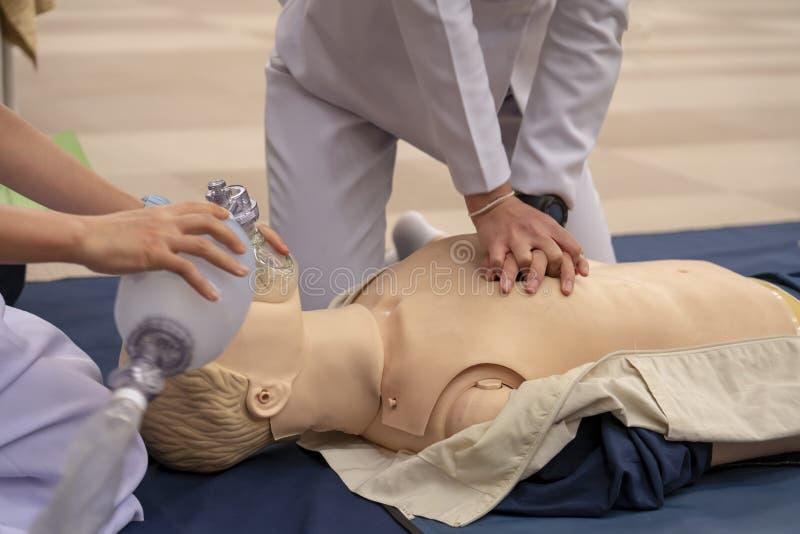 CPR szkolenie klatki piersiowej ściskanie i Ambubag wentylacja z a zdjęcia royalty free