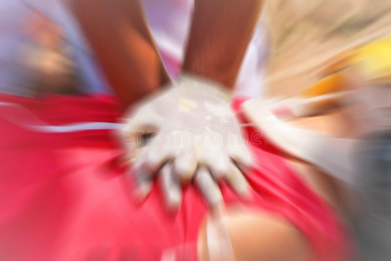 CPR trenuje medyczną procedurę, demonstruje klatki piersiowej ściskanie na CPR lali fotografia royalty free