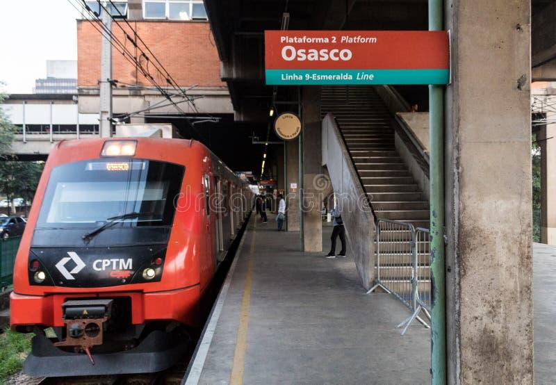 CPTM-drevvagn på plattformen i den Pinheiros CPTM drevstationen som går till den Osasco stationen arkivfoto