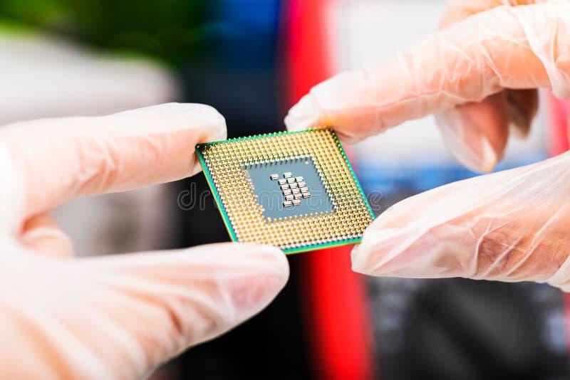 CPU处理器在手上 免版税库存图片