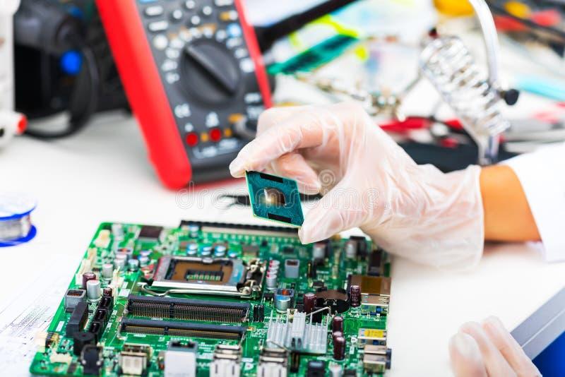 CPU-Prozessor in der Hand stockfotos