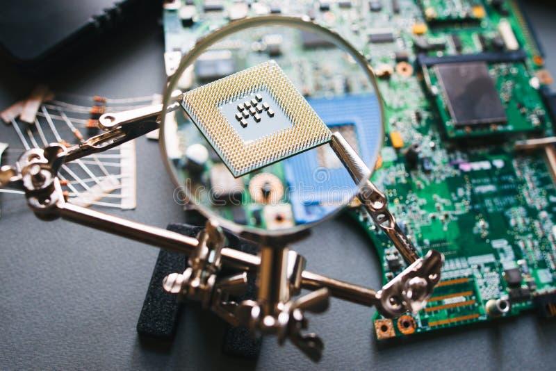 CPU-Prozessor durch eine Lupe stockbilder