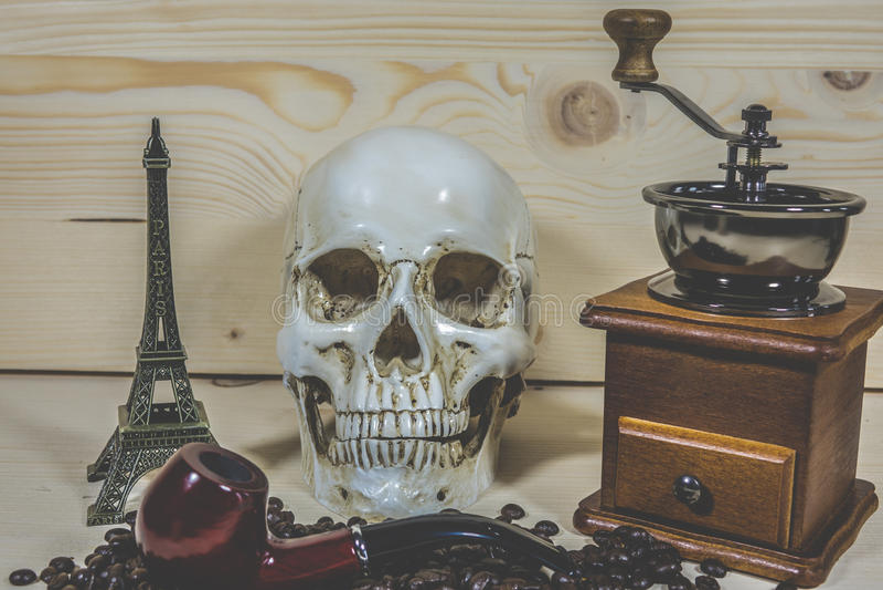 Cráneo con la amoladora de café de los granos de café fotografía de archivo