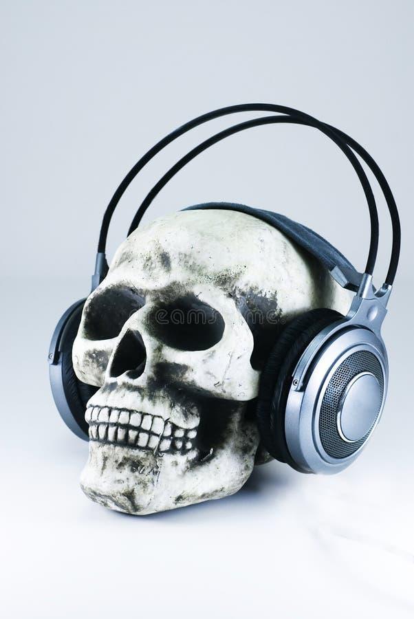 Cráneo con los auriculares 2 imagenes de archivo