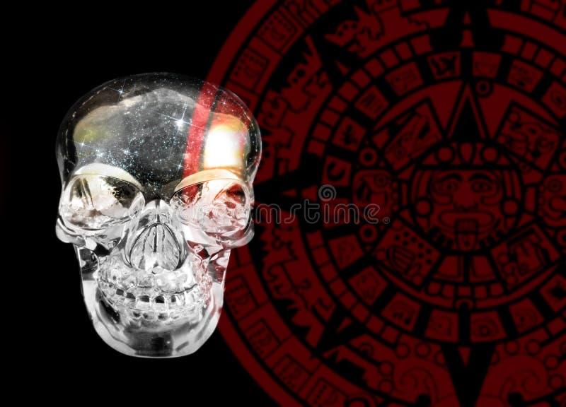 Cráneo cristalino y calander maya foto de archivo