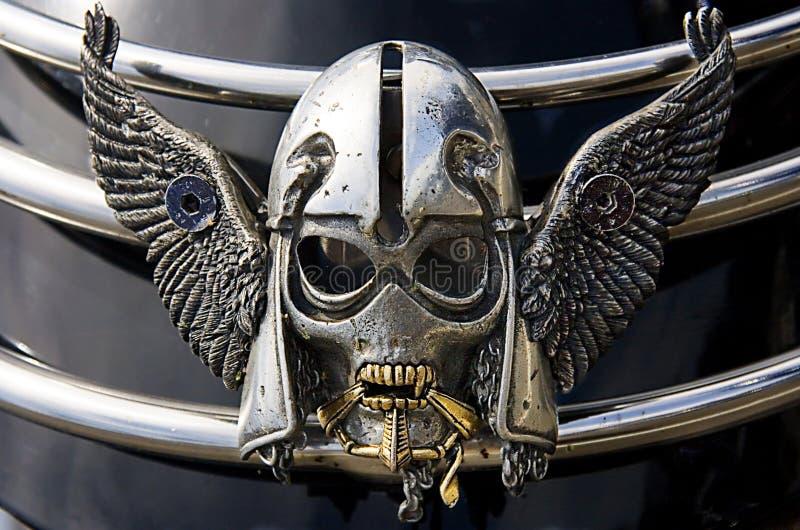 Cráneo de plata en la moto imagen de archivo