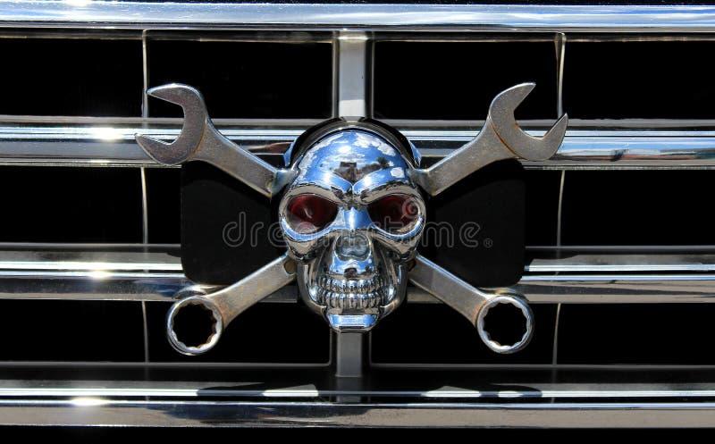Cráneo del cromo del metal como Jolly Roger imagenes de archivo