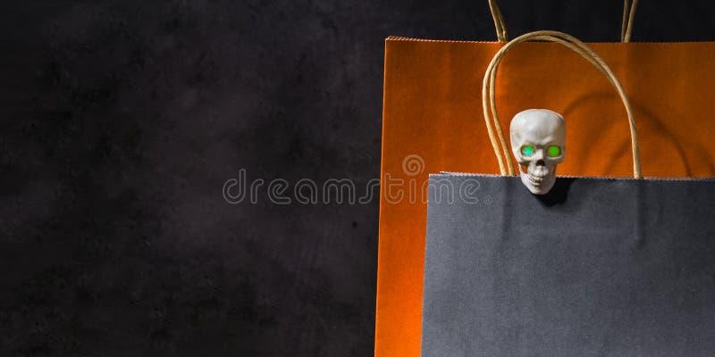 Cráneo en el bolso que hace compras de papel imagen de archivo libre de regalías