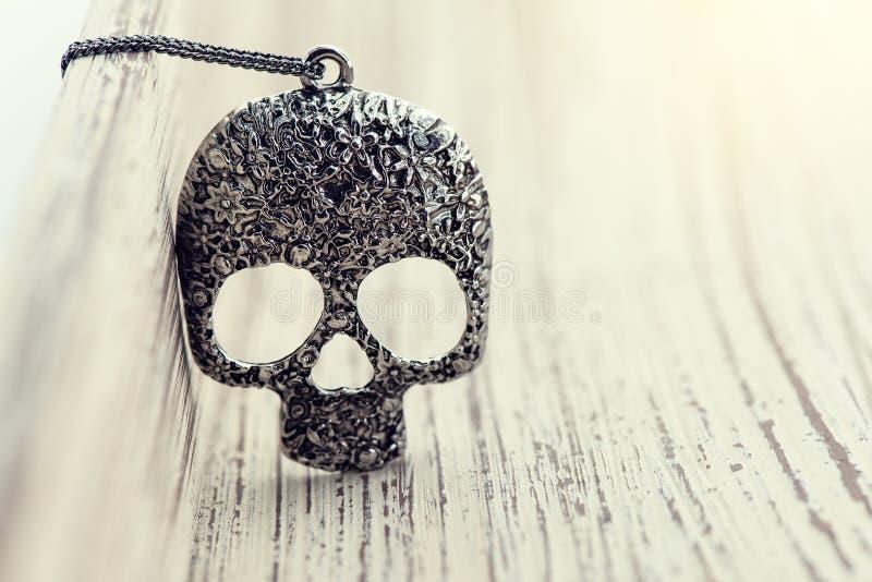cráneo pendiente en de madera fotos de archivo libres de regalías