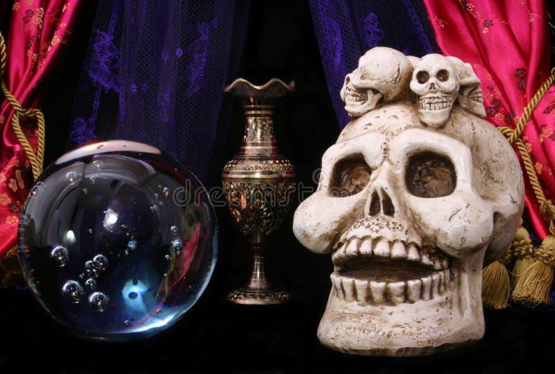 Cráneo Y Crystal Ball Imagen De Archivo Gratis