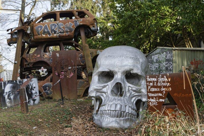 Cráneo y coches imagen de archivo