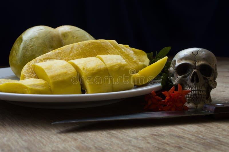 Cráneos con la putrefacción de la fruta y de la flor fotografía de archivo