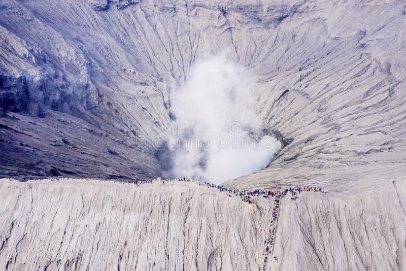 Cráter de Bromo del soporte con el turista apretado fotografía de archivo libre de regalías
