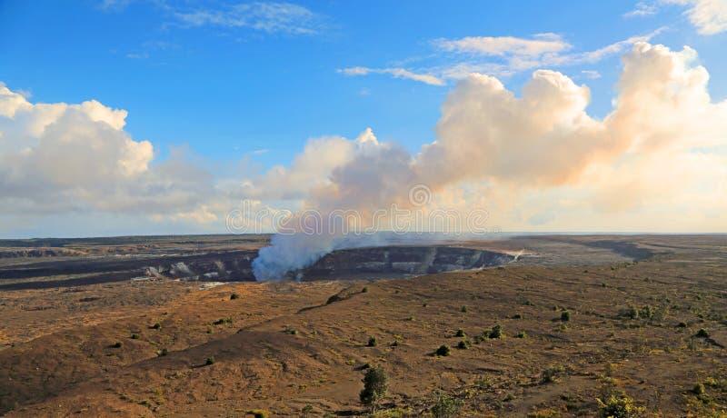 Cráter de Halema'umau que fuma fotos de archivo