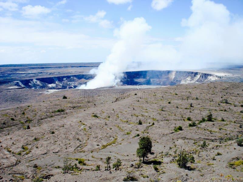 Cráter de Halemaumau en el parque nacional de los volcanes de Hawaii imagenes de archivo