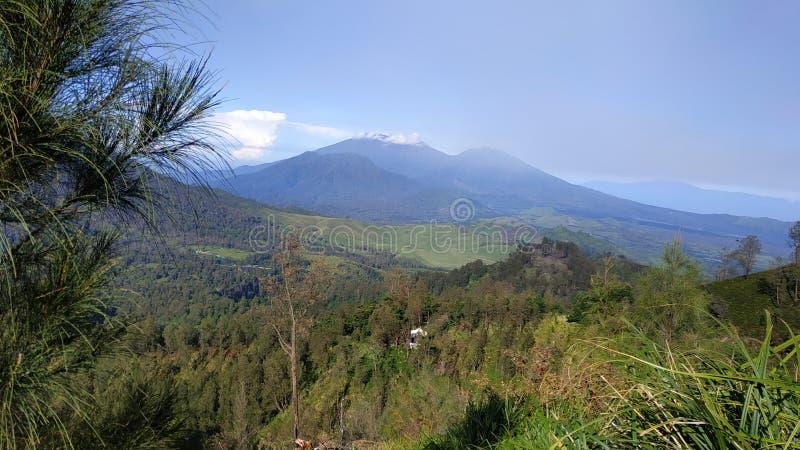 Cráter de Ijen del soporte, región de Bondowoso, Indonesia foto de archivo libre de regalías