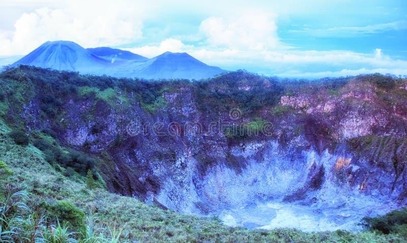 Cráter de Volcano Mahawu cerca de Tomohon Sulawesi del norte indonesia imagen de archivo