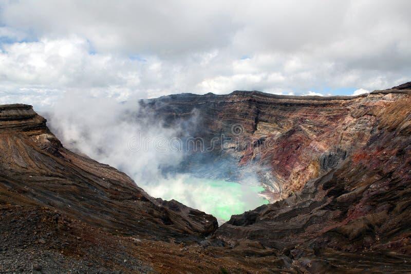Cráter del volcán activo imagenes de archivo