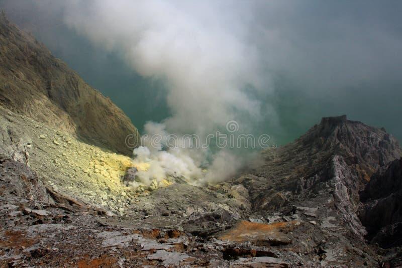 Cráter del volcán de Ijen en Java, Indonesia imagen de archivo