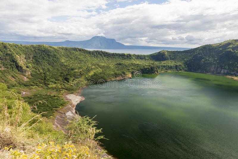 Cráter del volcán de Taal fotos de archivo