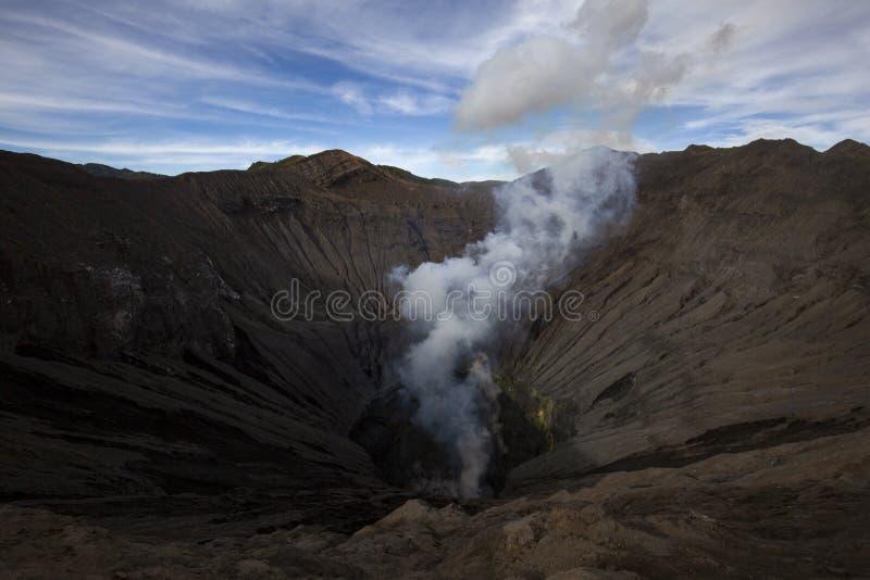 Cráter del volcán del panorama foto de archivo libre de regalías