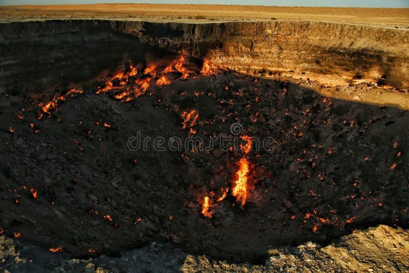 Cráter gigante del gas en puertas del ` de Turkmenistán del ` del infierno fotografía de archivo libre de regalías