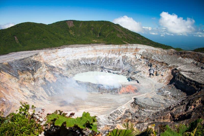 Cráter principal en el volcán de Poás imagen de archivo libre de regalías