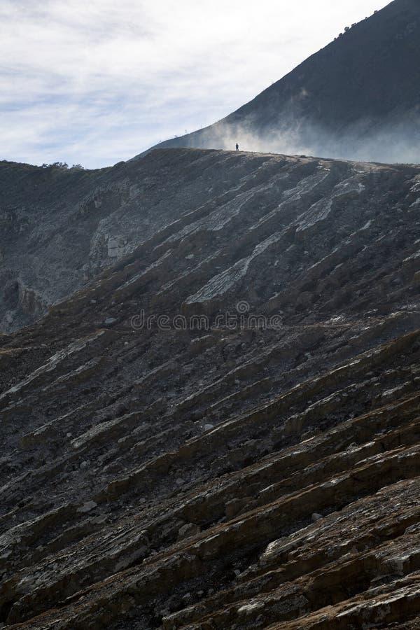 Cráter volcánico del hombre foto de archivo
