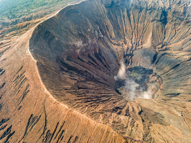 Cráter y caldera de un volcán activo Silueta del hombre de negocios Cowering imagen de archivo