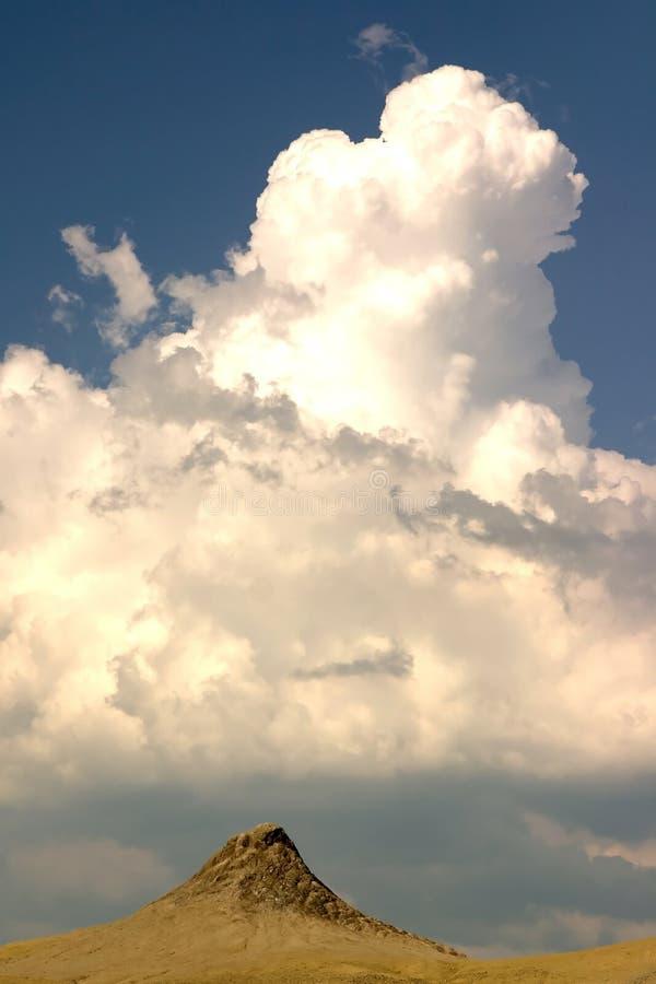 Cráter y nubes del fango imagen de archivo libre de regalías