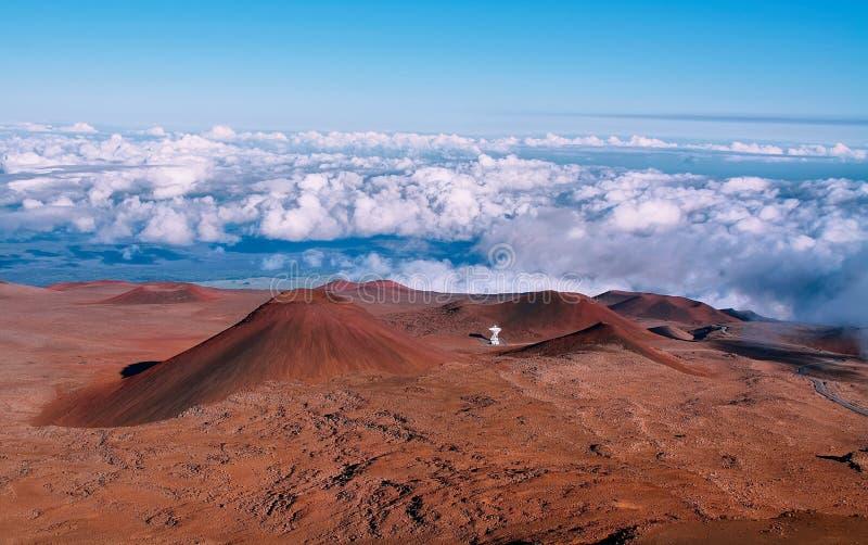 Cráteres volcánicos extintos en fondo imagen de archivo