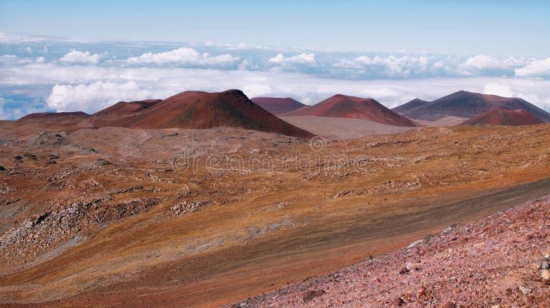 Cráteres volcánicos extintos en fondo foto de archivo