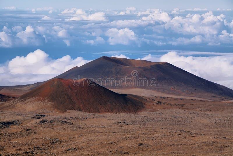 Cráteres volcánicos extintos en fondo fotografía de archivo