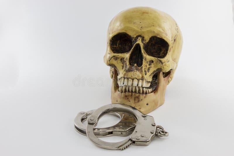 Crâne avec des menottes photos stock