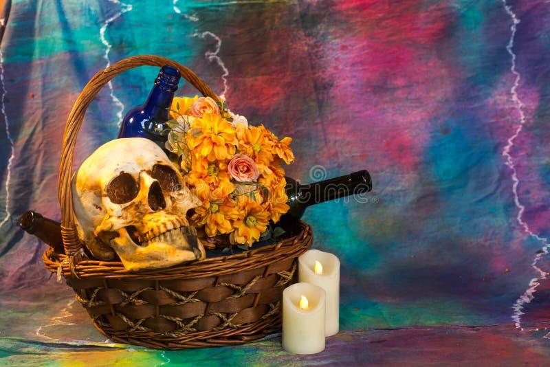Crâne avec les fleurs et le vin images stock